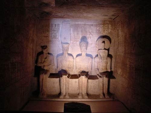 صورة لمعبد أبو سمبل من الداخل وقت تعامد أشعة الشمس مرتين كل عام على التماثيل الأربع المتواجدة بداخل هذا المعبد