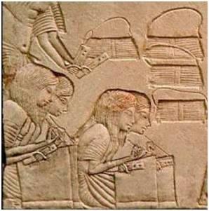 مجموعة من التلاميذ يمارسون الكتابة