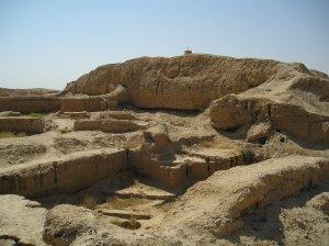 بقايا زقورة في مدينة ماري الأثرية في سوريا
